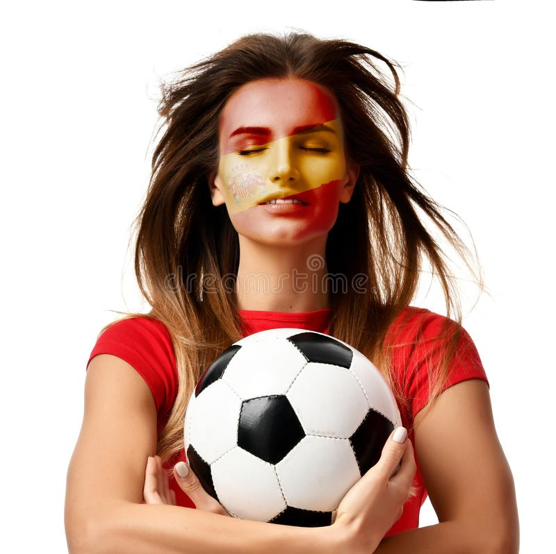Spaanse de vrouwenspeler van de ventilatorsport in het rode eenvormige de bal van het greepvoetbal vieren met winderig haar stock afbeelding