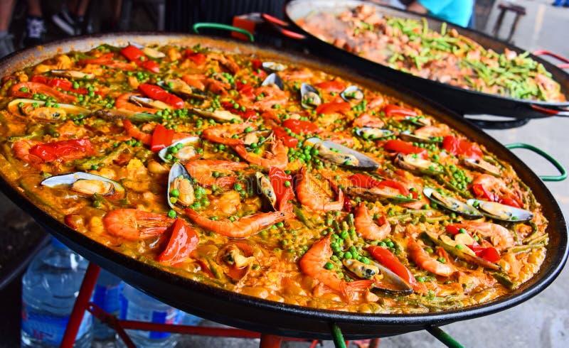 Spaanse die paella in het straatrestaurant wordt voorbereid stock foto's