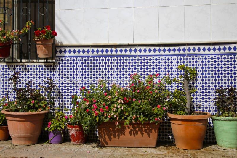 Spaanse die straat met bloemen wordt verfraaid royalty-vrije stock foto