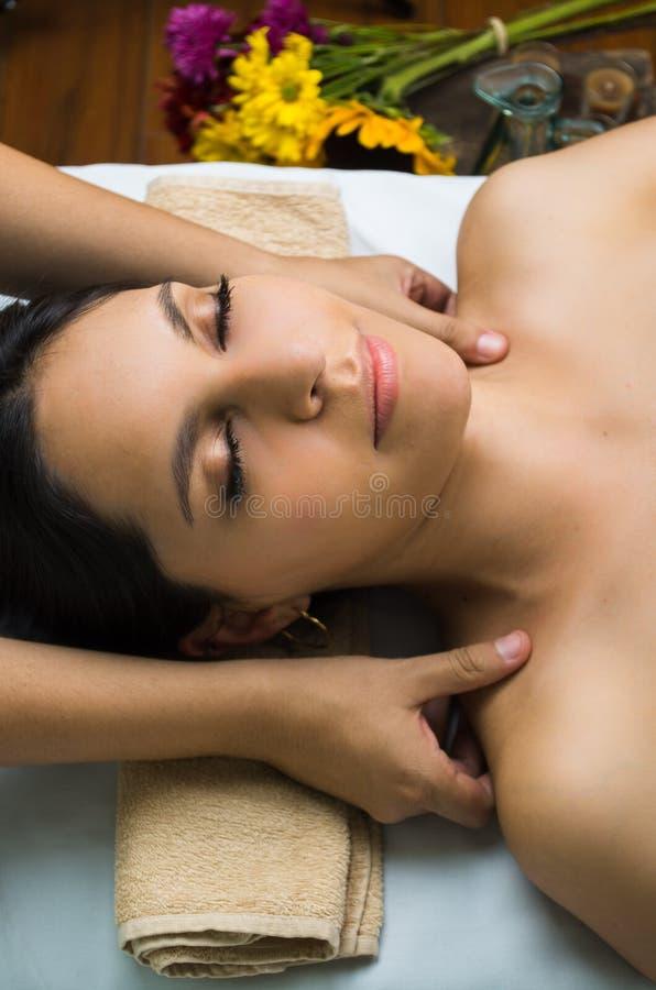 Spaanse donkerbruine model krijgende massage spa royalty-vrije stock foto's