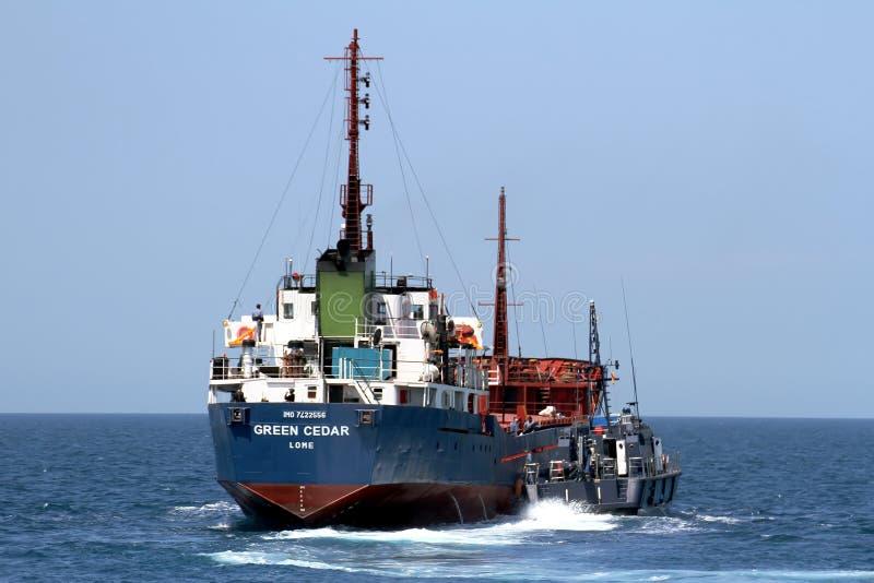 Spaanse douanekustwacht die een motorschip controleren stock fotografie