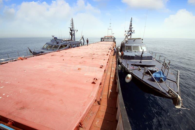 Spaanse douanekustwacht die een motorschip controleren stock foto's