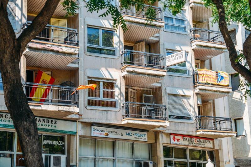 Spaanse en Catalaanse vlaggen op balkons royalty-vrije stock afbeeldingen