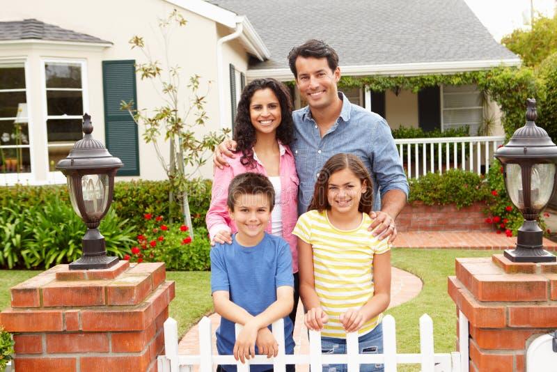 Spaanse familie buiten huis stock afbeelding