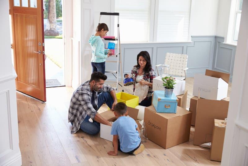 Spaanse Familie die zich in Nieuw Huis bewegen royalty-vrije stock afbeelding