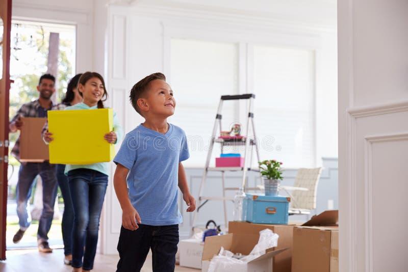 Spaanse Familie die zich in Nieuw Huis bewegen stock afbeeldingen