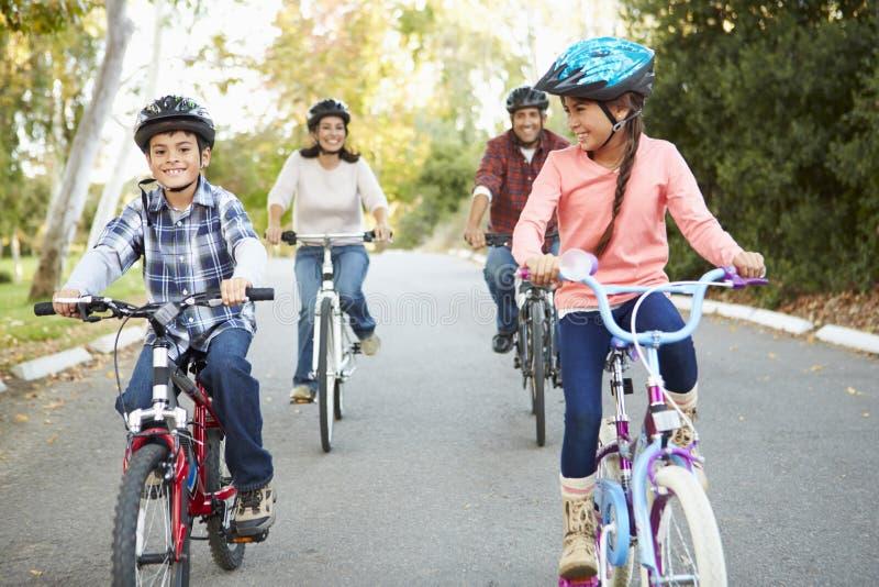 Spaanse Familie op Cyclusrit in Platteland stock foto