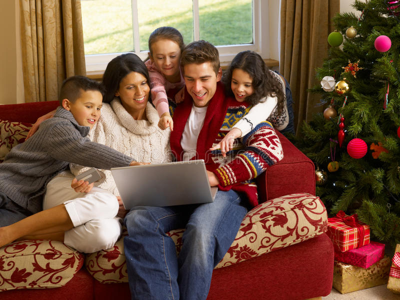 Spaanse familieKerstmis die online winkelt royalty-vrije stock afbeelding