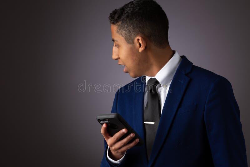 Spaanse Geklede Tiener goed Gekleed in Kostuum, en het Gebruiken van Cellphone, Smartphone stock foto