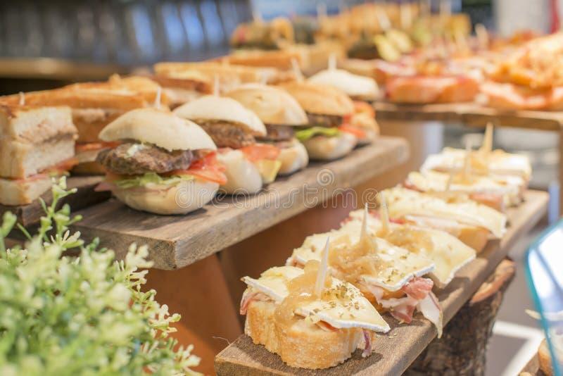 Spaanse gemengde tapas, Baskische keuken, pintxos Bilbao, Spanje stock foto