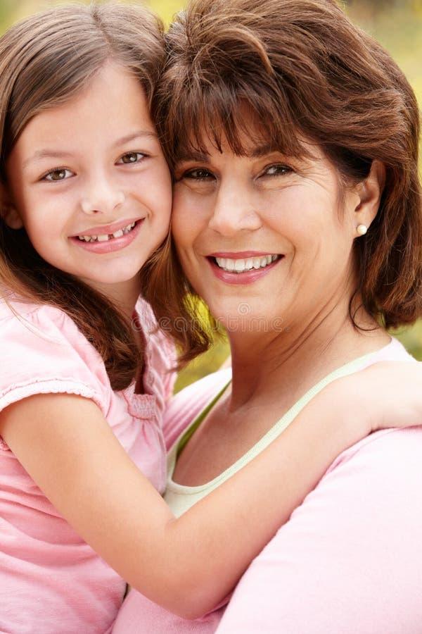 Spaanse grootmoeder en kleindochter stock foto's