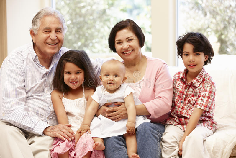 Spaanse grootouders thuis met kleinkinderen royalty-vrije stock afbeelding