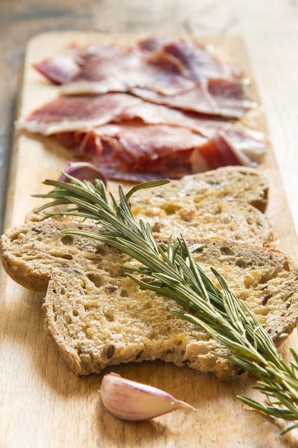 Spaanse ham met toosts, nadruk op toosts royalty-vrije stock foto's