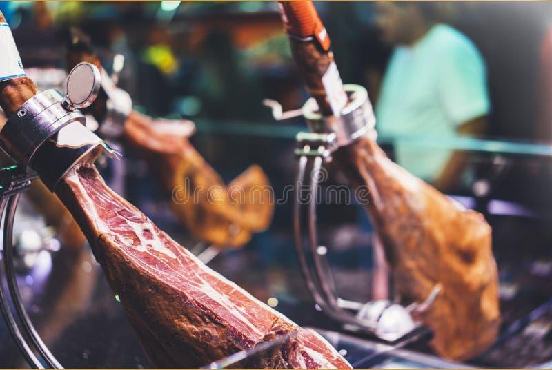 Spaanse hamon in de markt van Barcelona, jamon iberico in varkensvlees van het menings het zwarte been, het traditionele national royalty-vrije stock afbeeldingen