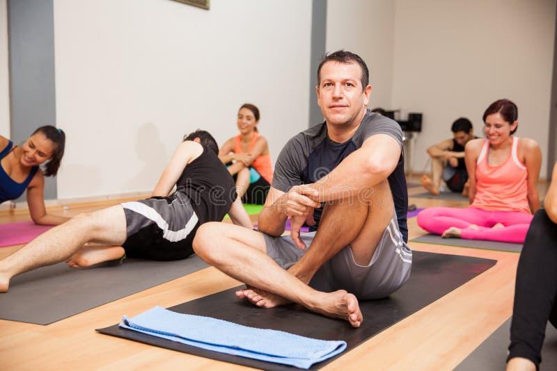 Spaanse mens in yogaklasse stock afbeelding