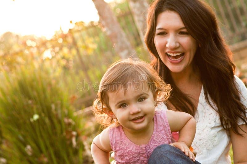 Spaanse Moeder en Dochter stock fotografie