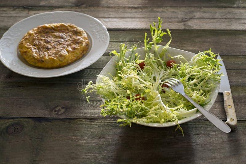 Spaanse omelet en salade royalty-vrije stock afbeelding