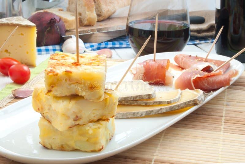 Spaanse omelet en tapasschotel stock foto's