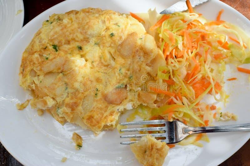 Spaanse omelet met kool stock fotografie