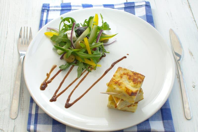 Spaanse omelet met salade stock afbeeldingen
