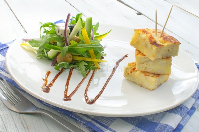 Spaanse omelet met salade royalty-vrije stock afbeeldingen