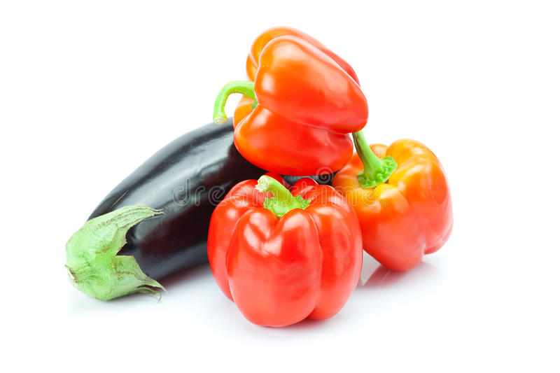 Spaanse peper en aubergine die op wit wordt geïsoleerdl royalty-vrije stock foto's