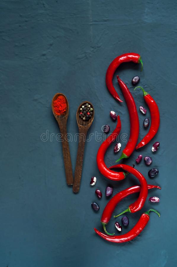 Spaanse peperpeper, kruiden en bonen op een blauwe concrete achtergrond, concept gezond vegetarisch voedsel Hoogste mening, vrije royalty-vrije stock afbeelding