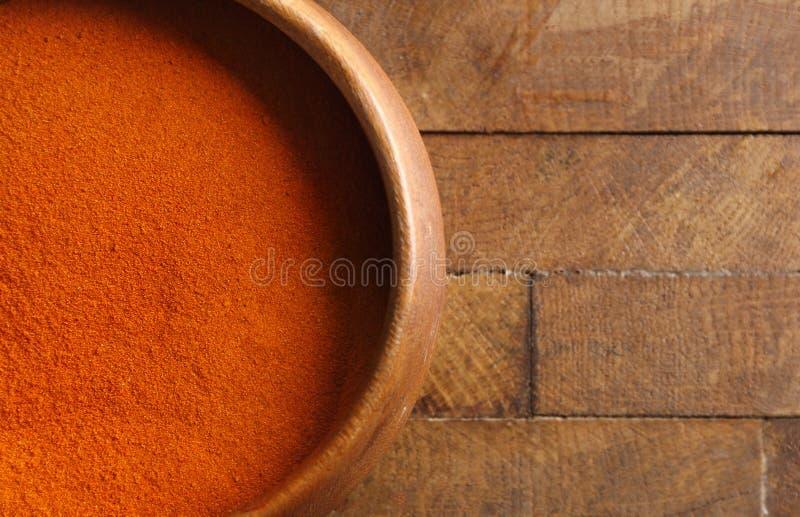 Download Spaanse peperpoeder in kom stock foto. Afbeelding bestaande uit grond - 107703302