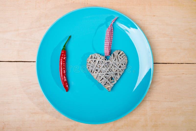 Spaanse pepers op blauwe schotel royalty-vrije stock afbeeldingen