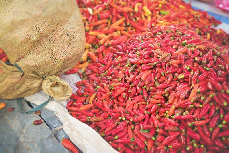 Spaanse pepers op Voedselmarkt stock afbeeldingen