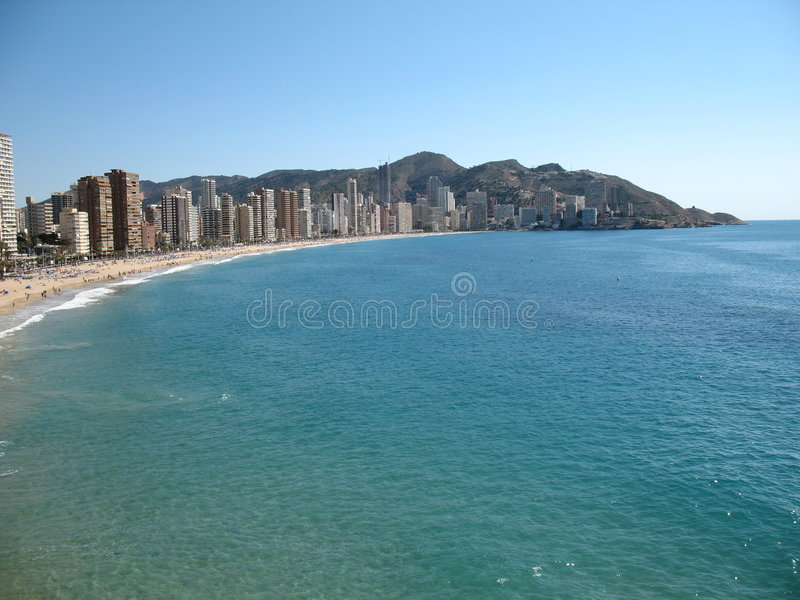 Spaanse stad door het overzees stock fotografie
