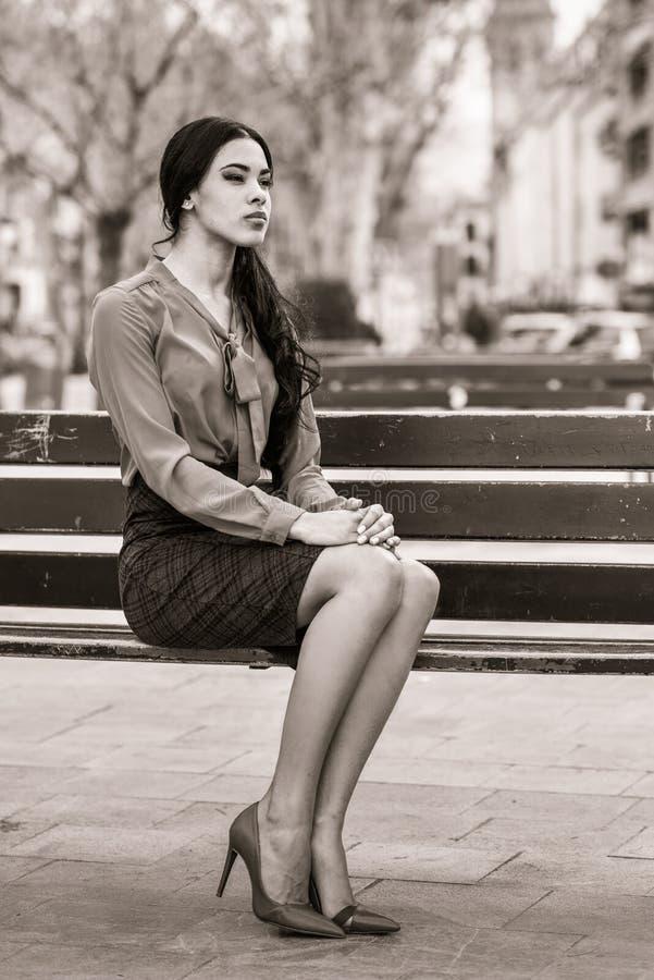 Spaanse stewardess op stedelijke achtergrond stock afbeelding
