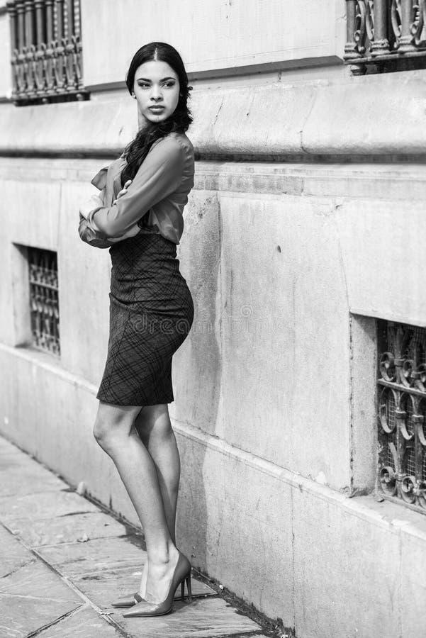 Spaanse stewardess op stedelijke achtergrond royalty-vrije stock afbeelding