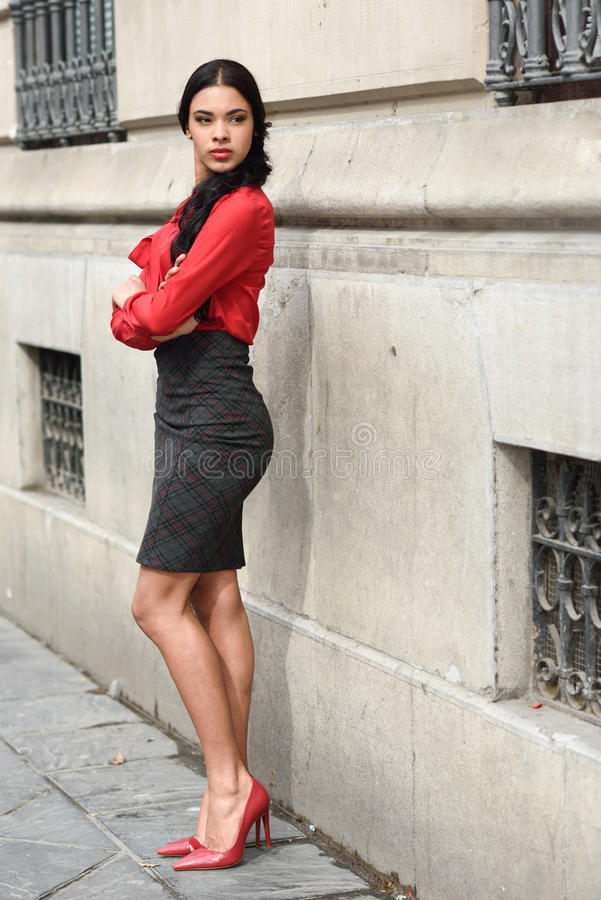 Spaanse stewardess op stedelijke achtergrond stock foto