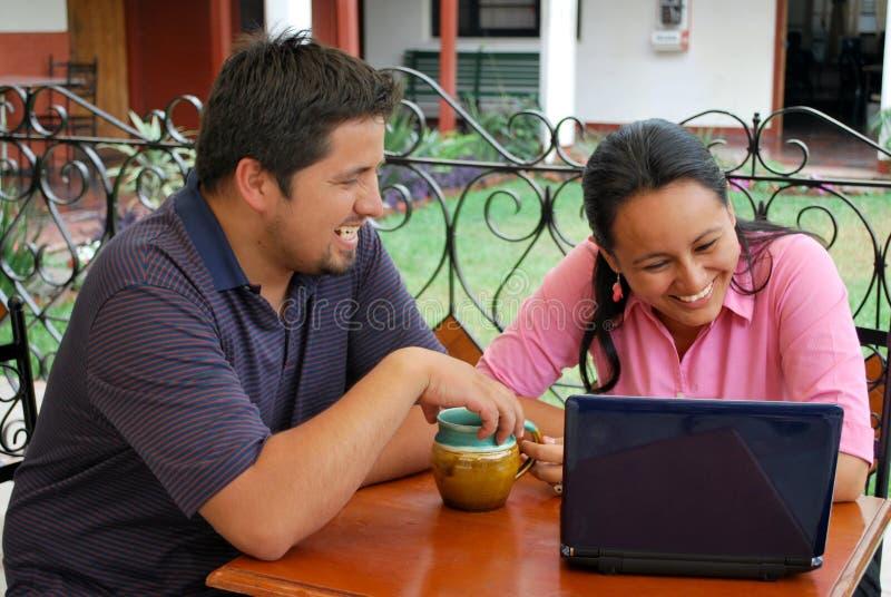 Spaanse studenten op laptop stock fotografie