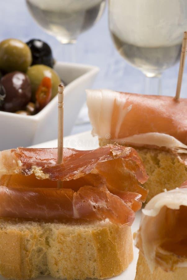 Spaanse tapas. Brood en ham. stock afbeelding