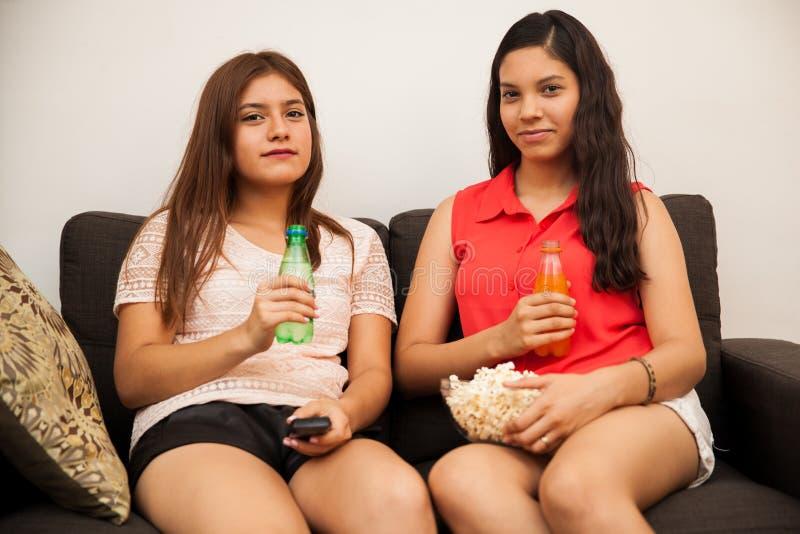 Spaanse tiener beste vrienden stock afbeeldingen