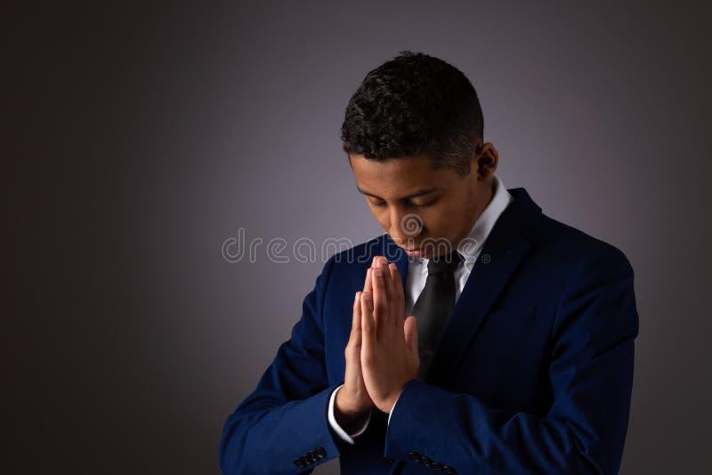 Spaanse Tienerjongen die met God via Gebed willen in nauw contact staan met Het spreken met God en het Openen van Zijn Hart stock foto