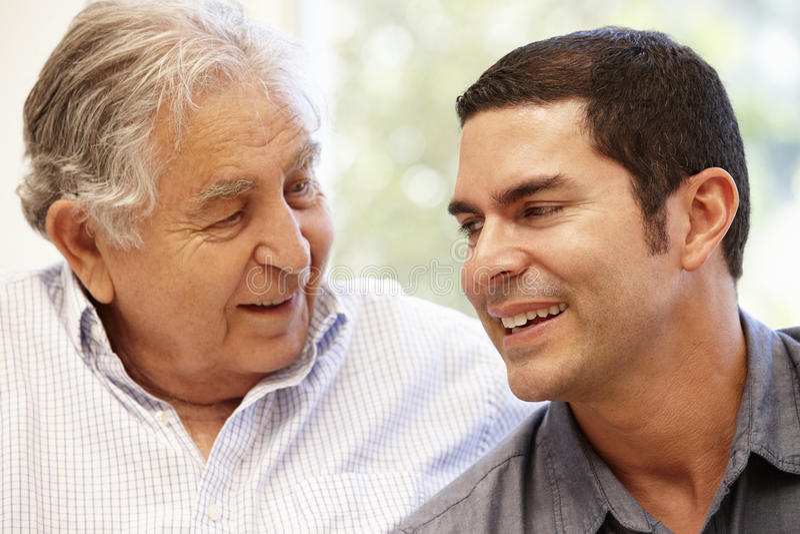 Spaanse vader en volwassen zoon stock afbeeldingen