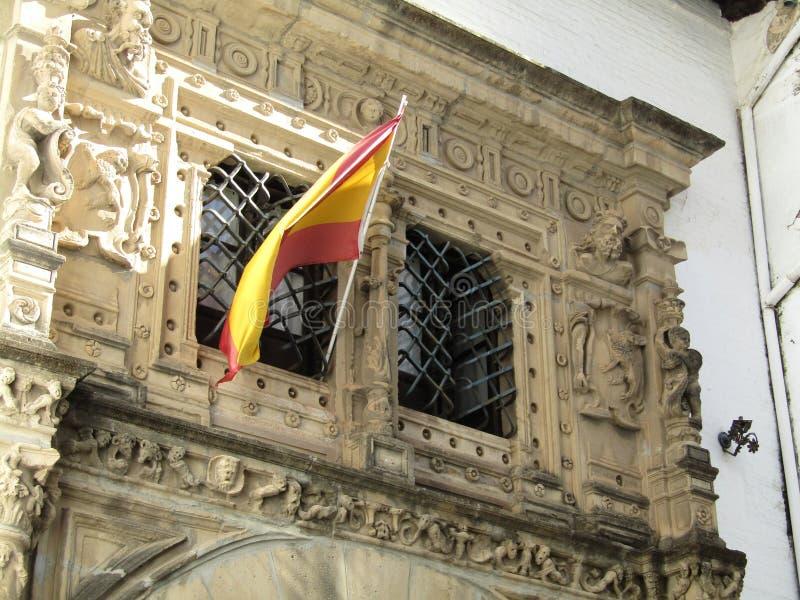 Spaanse vlaggen die boven de gebouwen in Sevilla, Spanje vliegen royalty-vrije stock fotografie