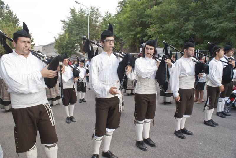 Spaanse volksmusicigroep het spelen doedelzakken stock foto's