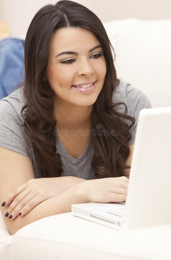 Spaanse Vrouw die Gebruikend Laptop Computer bepaalt stock afbeelding