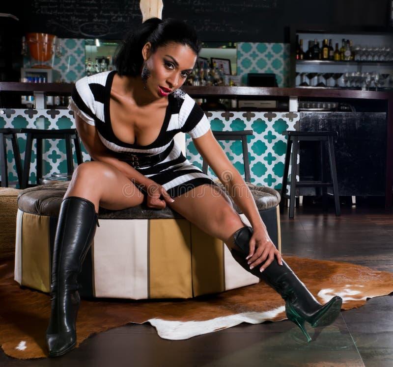 Spaanse vrouw in zitkamer stock foto