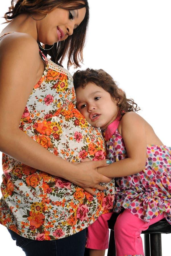 Spaanse Zwangere Moeder met dochter stock foto