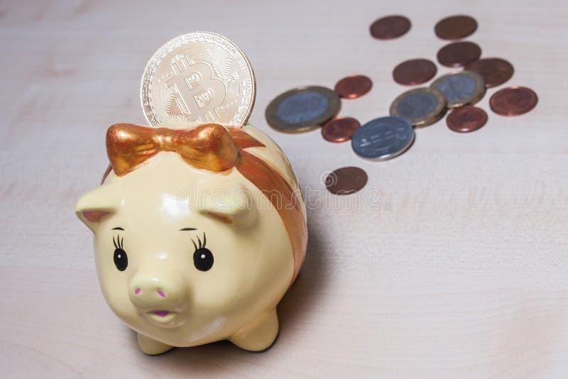 Spaarvarken en een gouden bitcoin royalty-vrije stock afbeelding