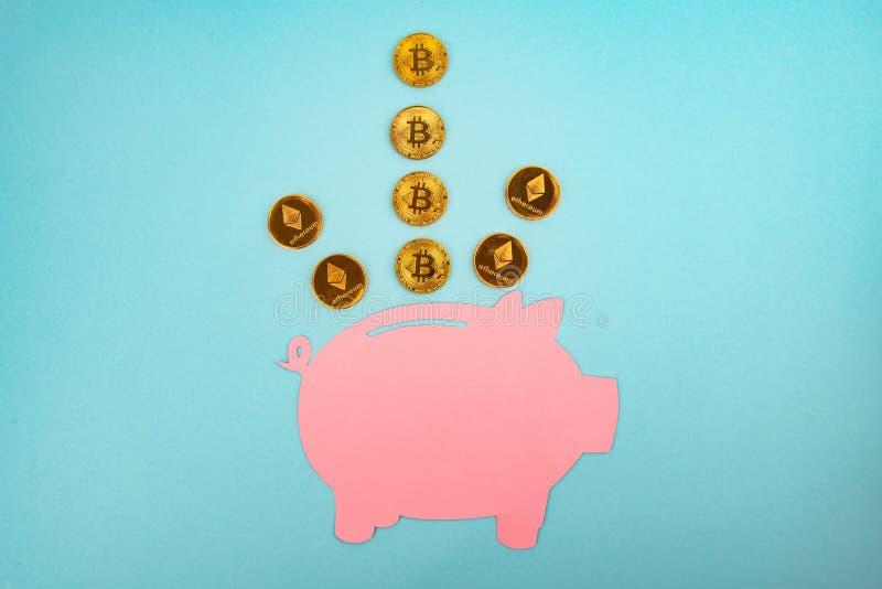 Spaarvarken met Bitcoins en Ethereum stock foto's