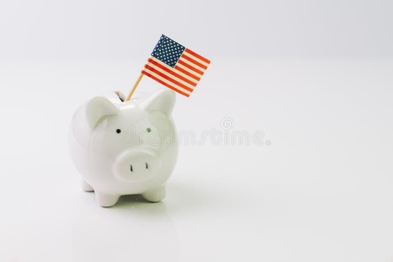Spaarvarken met de nationale geïsoleerde vlag van Verenigde Staten op witte bedelaars royalty-vrije stock afbeeldingen