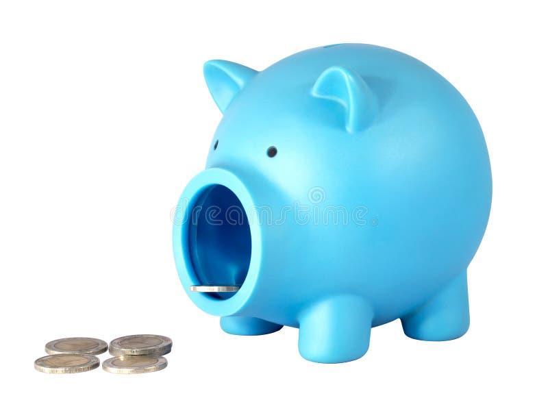 Spaarvarken met muntstukken op wit geïsoleerde achtergrond met het knippen van weg royalty-vrije stock afbeelding