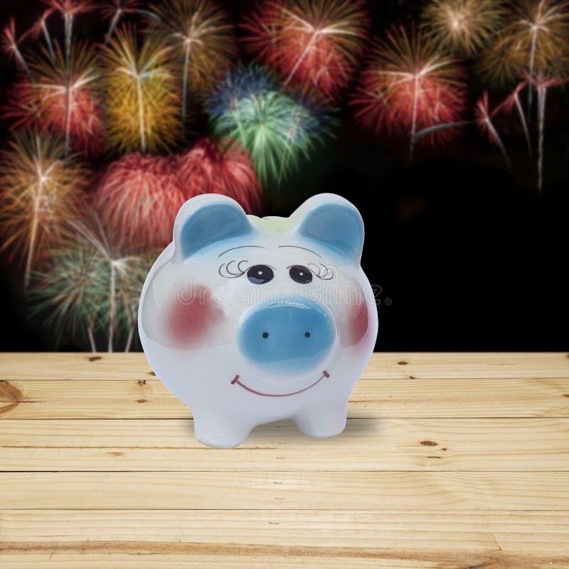 Spaarvarken met vuurwerkachtergrond, geldbesparing stock afbeelding