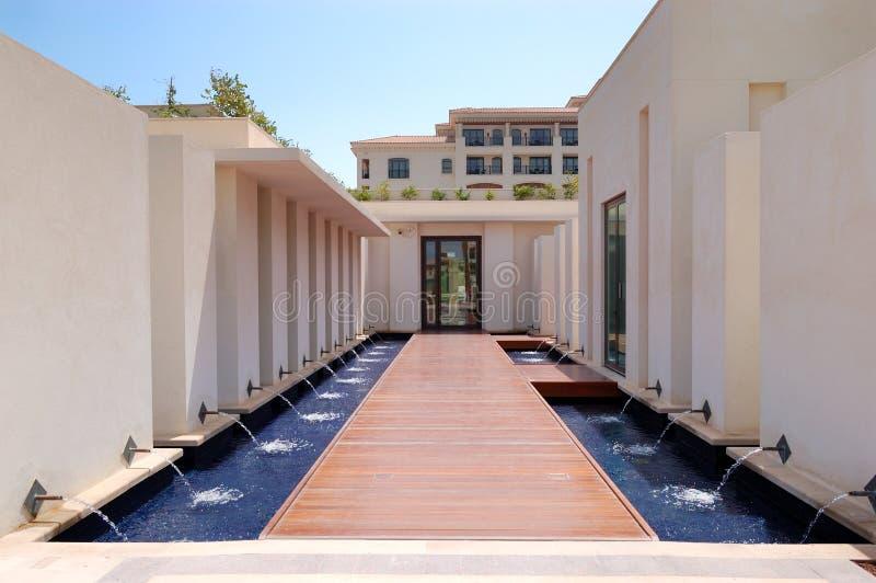Spabyggande som är ytter på det lyxiga hotellet royaltyfri fotografi